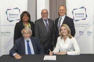 GSL Executive Secretary Edmund Nickless and Council member Natalyn Ala signing the declaration (Image credit: GSL)